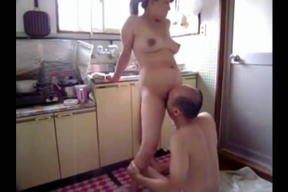 国内50岁老男人儿子打工在厨房把自己风骚儿媳妇给上了 站着操就是带劲 国语对白
