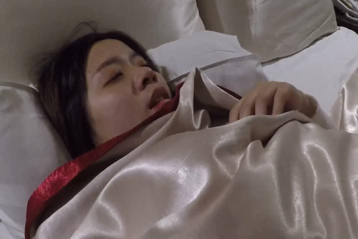 台湾豪乳美眉和男友分手后被骗到酒店灌倒后开房草到尿尿
