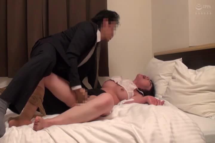 先生AVに出ます!真面目で清楚な现役女教师の人妻がAV出演!男性経験が旦那だけ!なのに成熟敏感イキっぷり!