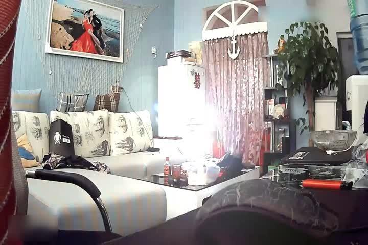 各种居家隐秘私生活TP露出大合集蹲在床上操媳妇和在客厅抱着媳妇边走边草的夫妻是真猛啊