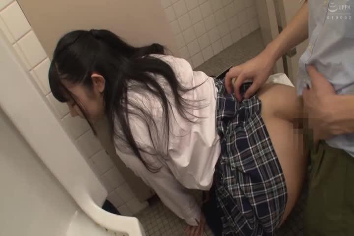 尿着突然女生●生!?在公共厕所出没的离家出走的yariman女子●生,用puchira和胸传单诱惑来了到男子厕所的男人,性欲和钱包的内容也满足着!