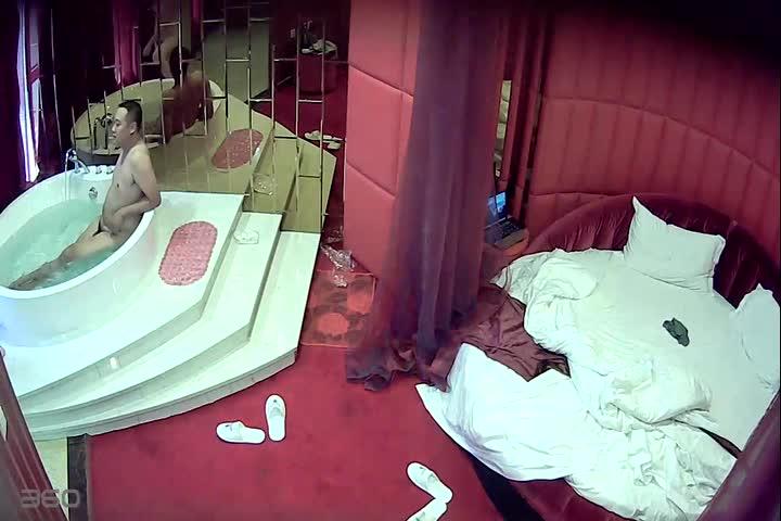 主题情趣宾馆成功男人约啪小情人一起体验非常舒服的按摩式大浴缸直接在浴缸里开操表情享受